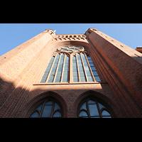 Berlin-Schöneberg, St. Elisabeth, Fassade mit großem Glasfenster von unten