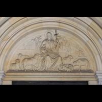 Berlin (Prenzlauer Berg), Herz-Jesu-Kirche, jesusfigur über dem Hauptportal