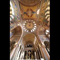 Berlin (Prenzlauer Berg), Herz-Jesu-Kirche, Innenraum mit Blick zur Orgel und ins Gewölbe
