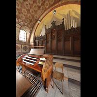 Berlin (Prenzlauer Berg), Herz-Jesu-Kirche, Spieltisch mit Orgel seitlich