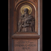 Berlin (Prenzlauer Berg), Herz-Jesu-Kirche, Stifterfigur am Orgelgehäuse