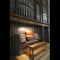 Straubing, Basilika St. Jakob, Orgel mit beleuchtetem Spieltisch seitllich