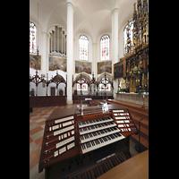 Straubing, Basilika St. Jakob, Mobiler Spieltisch im Chorraum mit Blick zur Chororgel und zum Hochaltar