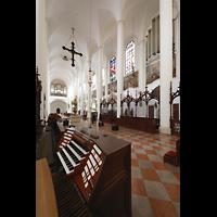 Straubing, Basilika St. Jakob, Mobiler Spieltisch im Chorraum mit Blick zur Haupt- und Chororgel