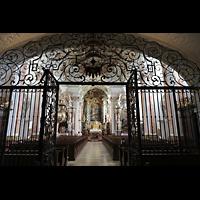 Metten, Benediktinerabtei, Pfarr- und Stiftskirche St. Michael, Blick durch das Eingangsgitter in die Kirche