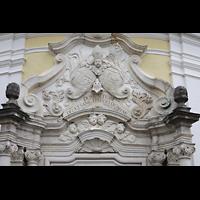 Metten, Benediktinerabtei, Pfarr- und Stiftskirche St. Michael, Stuck und Figurenschmuck über dem Hauptportal