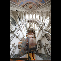 Passau, Dom St. Stephan, Blick vom Baugerüst im Vierungstuem von ca. 30 m Höhe in den Chorraum