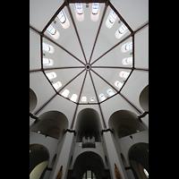 Berlin - Spandau, St. Marien (Maria, Hilfe der Christen), Innenraum in Richtung Orgel mit Blick in die Kuppel
