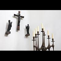 Berlin - Spandau, St. Marien (Maria, Hilfe der Christen), Kreuz mit Figurengruppe und Leuchter im Chorraum