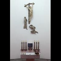 Berlin - Reinickendorf, St. Bernhard Tegel, Altarraum mit Kreuz und Figurengruppe