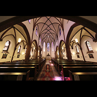 Berlin (Reinickendorf), Herz-Jesu-Kirche Tegel, Innenraum in Richtung Altar (beleuchtet)