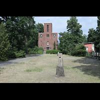 Berlin - Reinickendorf, St. Joseph Tegel, Kirche mit Kirchplatz
