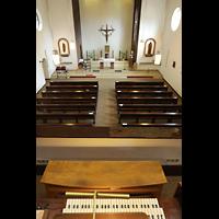 Berlin - Reinickendorf, St. Joseph Tegel, Blick über den Spieltisch in die Kirche