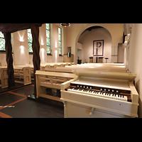 Berlin - Reinickendorf, Waldkirche Heiligensee, Harmonium mit Blick zum Chor