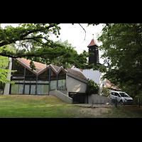 Berlin - Reinickendorf, Waldkirche Heiligensee, Außenansicht der Kirche vom Wald