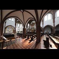 Berlin (Reinickendorf), St. Marien (Hauptorgel), Blick bom Seitenschiff zur Orgel und zum Altarraum