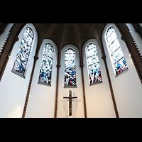 Berlin (Reinickendorf), St. Marien (Hauptorgel), Chorraum mit Kruzifix und bunten Glasfenstern