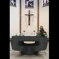 Berlin (Reinickendorf), St. Marien (Hauptorgel), Altar und Kruzifix