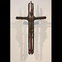 Berlin (Reinickendorf), St. Marien (Hauptorgel), Bronze-Kruzifix von Werner-Jakob Korsmeier (1972)