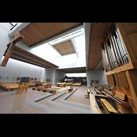 Berlin (Reinickendorf), St. Martin, Blick von der Orgel in den Innenraum in Richtung Rückwand