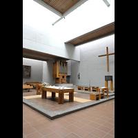 Berlin (Reinickendorf), St. Martin, Altarraum mit Kreuz und Blick zur Orgel