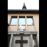 Berlin - Reinickendorf, St. Hildegard Frohnau (Positiv), Kreuz und Lamm-Figur neben dem Haupteingang