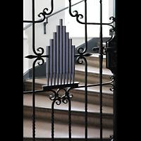 Berlin - Reinickendorf, St. Hildegard Frohnau (Positiv), Mit Orgelpfeifen verziertes Gitter am Aufgang zur Orgel