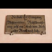 Waldsassen, Stiftsbasilika, Schild über dem Eingang zur Orgelempore