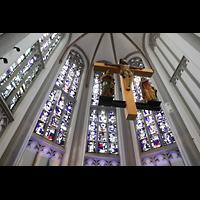 Mönchengladbach, Citykirche (Positiv), Bunte Glasfenster im Chor mit Kruzifix perspektivisch