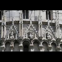Pisa, Duomo di Santa Maria Assunta (Hauptorgel), Figurenschmuck am Baptisterium