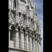 Pisa, Duomo di Santa Maria Assunta (Hauptorgel), Säulen und Figuren am Baptisterium