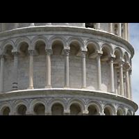 Pisa, Duomo di Santa Maria Assunta (Hauptorgel), Säulengang des Schiefen Turms