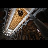 Pisa, Duomo di Santa Maria Assunta (Hauptorgel), Blick zur Decke im Hauptschiff mit dem Leuchter, an dem Galileo Galilei Pendelversuche druchführte