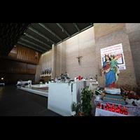 Bologna, S. Giovanni Bosco, Chorraum mit Blick zur Orgel (hinter der Holzpanele)