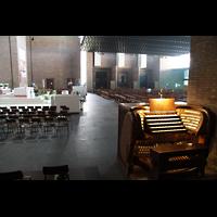 Bologna, S. Giovanni Bosco, Spieltisch mit Blick in die Kirche