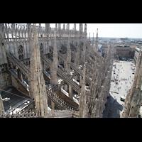 Milano (Mailand), Duomo di Santa Maria Nascente, Blick über die Fialen des nördlichen Seitenschiffs auf dem Piazza del Duomo