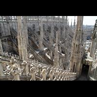 Milano (Mailand), Duomo di Santa Maria Nascente, Strebewerk des nördlichen Seitenschiffs und Blick auf die Terrazza