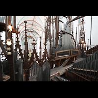 Schwerin, Dom St. Maria und St. Johannes, Blick über die Pfeifen der oberen Orgeletage durch den Prospekt ins Hauptschiff