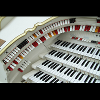 Berlin (Tiergarten), Musikinstrumenten-Museum - Gray-Orgel, Linke Registerstaffel am Spieltisch der Wurlitzer-Orgel