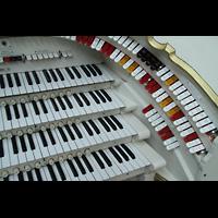 Berlin (Tiergarten), Musikinstrumenten-Museum - Gray-Orgel, Rechte Registerstaffel am Spieltisch der Wurlitzer-Orgel