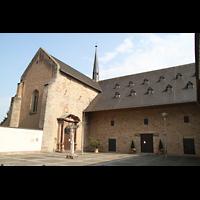 Trier - Pfalzel, Marienstiftskirche, Seitenansicht von außen und Portal
