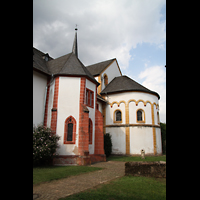 Trier - Pfalzel, Marienstiftskirche, Blick vom Kirchgarten zum Chor