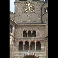 Trier, Dom St. Peter (Kryptaorgel), Turm-Detail mit Uhr