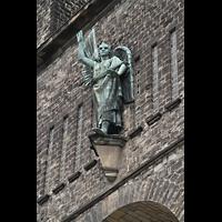 Saarbrücken, St. Michael, Skulptur des Erzengels Michael an der Fassade