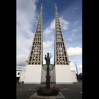 Augsburg, St. Don Bosco, Doppelturmfassade mit Marienstatue im Vordergrund