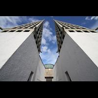 Augsburg, St. Don Bosco, Doppeltürme mit Hauptportal in der Mitte