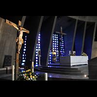 Augsburg, St. Don Bosco, Altarraum mit Kruzifix