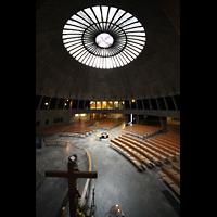 Augsburg, St. Don Bosco, Blick vom Emporenumgang über den Kruzifix zur Orgel