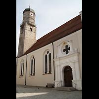 Weilheim, Mariae Himmelfahrt, Seitenportal und Turm vom Marienplatz aus