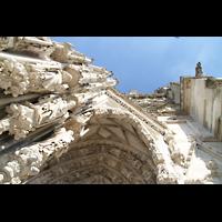 Regensburg, Dom St. Peter, Perspektivischer Blick vom Hauptportal nach oben